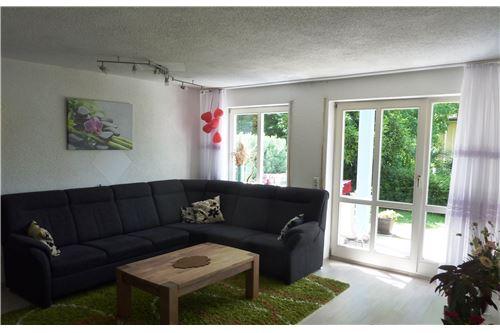 Wohn-Essbereich mit Zugang auf die Terrasse u. den Garten