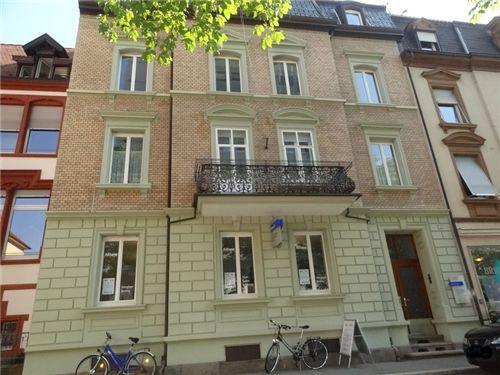 Die Hausfassade mit Eingang