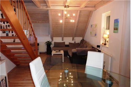 Gemütlicher Wohn-Essbereich mit Holzbalkendecke