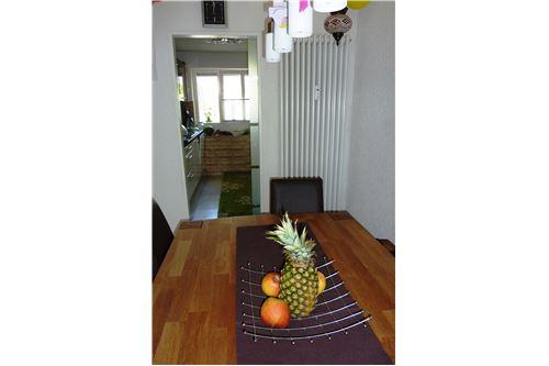 Essbereich im Hintergrund die Küche