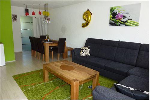 Wohn- und Essbereich mit Glasschiebetüre zur Küche